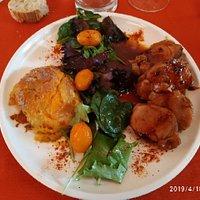 mignon de porc (cuisson 66°) gratin de patate douce et petite salade avec une sauce succulente