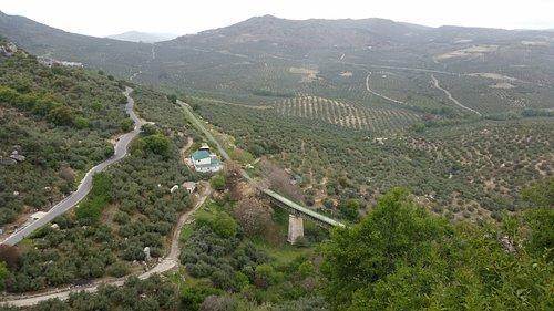 Blick von Zuhayra auf einen Viadukt der Via Verde del Aceite