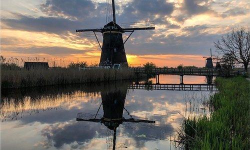 Sonnenaufgang bei den Windmühlen in Kinderdijk, die nicht ohne Grund zum UNESCO-Weltkulturerbe zählen.