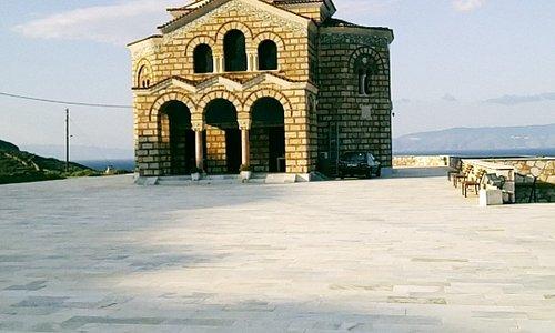 Η υπέροχη εκκλησία του Αγιου Δημητριου που καλωσορίζει καθε καράβι που μπαινει στο λιμανι της Σύρου με τις καμπάνες του.