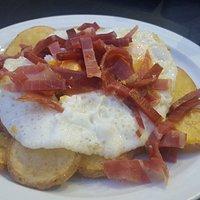 Huevos con patatas y jamón serrano