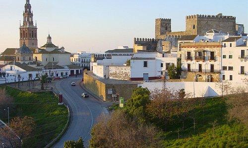 Vista general de Carmona. Torre de San Pedro a la izquierda y alcazar de la Puerta de Sevilla a la derecha.