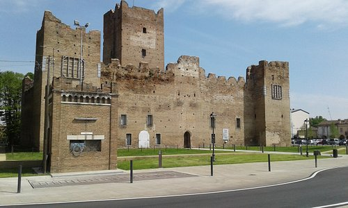 Il 25 aprile 2019 la Rocca, e tutto il centro di Reggiolo, tornano ad un nuovo splendore dopo il terremoto del 2012.