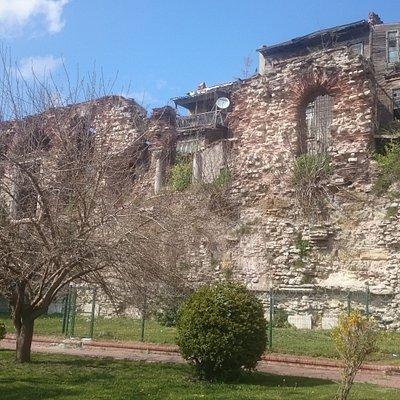 Впечатляющие остатки дворца Буколеон на Авеню Кеннеди (10 минут пешком от Ипподрома)