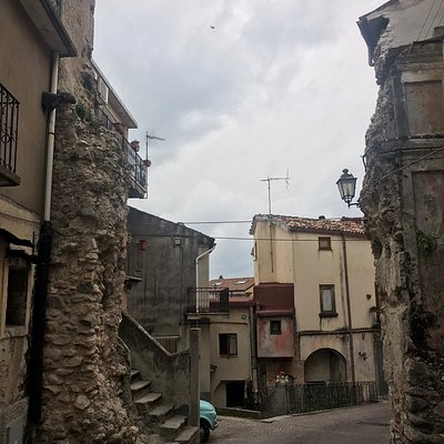"""Tracce di porta abbattuta e la porta detta di """"San Giovanni"""", contigua al Convento con chiesa dei Domenicani"""