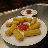 Croquetas de arroz y garbanzos, acompañadas de salsa barbacoa