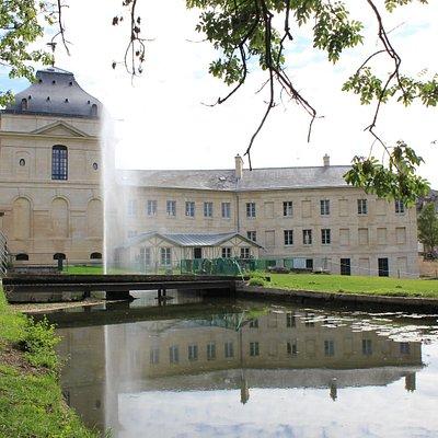 Voici le Pavillon de Manse côté jardin, venez maintenant découvrir les trésors qu'il abrite...
