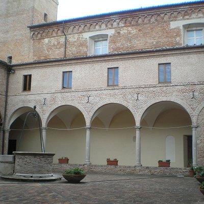 Mondolfo (PU) - foto scattata nel chiosco del complesso monumentale di S. Agostino. Il chiosco ha delle lunette affrescate e un pozzo, visibile in primo piano (estate 2014)