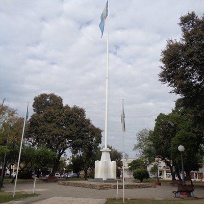 Mástil en el centro de la Plaza Belgrano