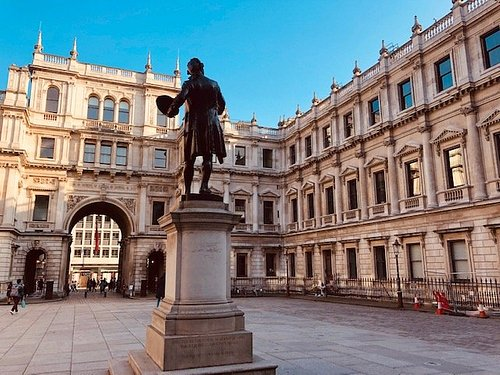 Royal Academy courtyard, statue of Sir Joshua Reynolds