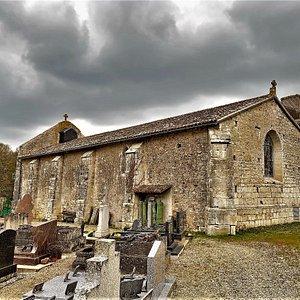Une église rurale a l'histoire mouvementée, détruite en partie et reconstruite mais terriblement authentique. Une nef simple, un beau vitrail, un campanile doté d'une cloche, le tout en bon état général.