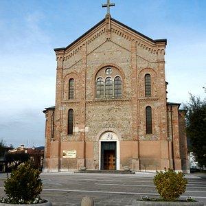 il frontale della chiesa sul piazzale con ampio parcheggio