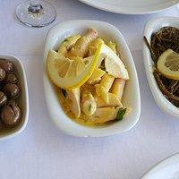 Hardal soslu ahtapot salatasi ve deniz borulcesi