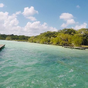 In the part that includes the ejido of Buena Vista, the Bacalar Lagoon offers beautiful natural landscapes, where the vegetation and the varied blue tones of the water give a truly worthy panorama to admire.   Among the services offered by the center are the restaurant-bar with ambient music, toilets, green areas for camping, lounge chairs, palapas and volleyball courts;  aquatic recreational areas with slides and slides, rental of family resting cabins and parking.