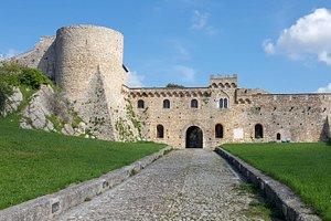 Veduta del castello dal vialetto