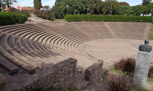 """Vista del anfiteatro con el busto del escritor Florencio Sánchez, autor de """"M' hijo el dotor"""" y """"Barranca abajo"""", en la parte alta de la barranca"""