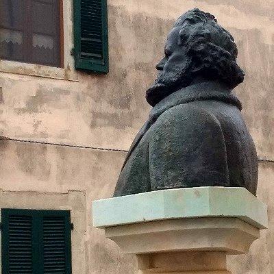 La statua davanti al Museo ....guarda il paese.....
