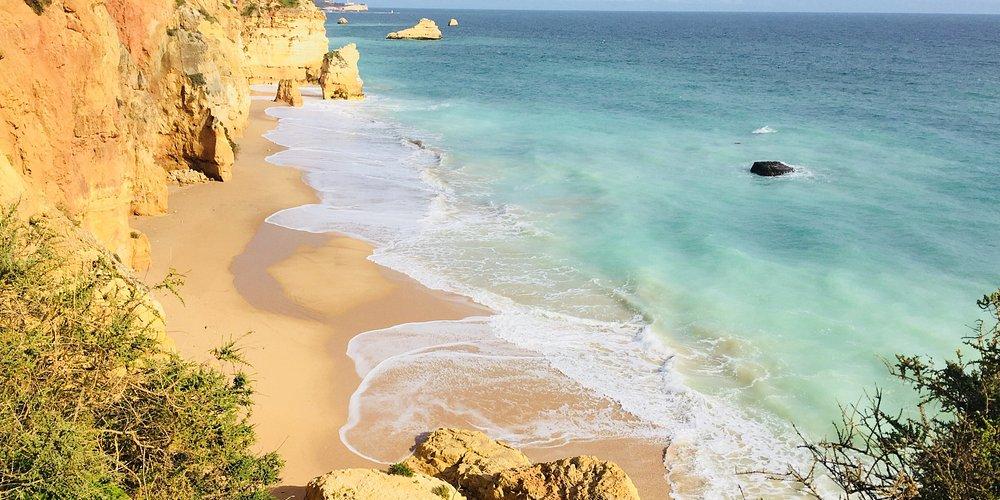 Toulky po útesech nad okouzlující Praia Da Rocha na jihu Algarve nikdy nevynechám, přestože jsem v Portugalsku byla již více než desetkrát. Je to podle mne jedna z nejmalebnějších pláží v Evropě. Za ta léta, co sem jezdím, postupně vzrůstá počet turistů. Hlavní sezona je tu v červenci a srpnu, já ji však mám nejraději v období Velikonoc. Někdy sem jezdíme i v říjnu. Není to většinou na koupání, ale brouzdat se ve vlnách oceánu a chytat bronz bez davů turistů je velmi příjemné.