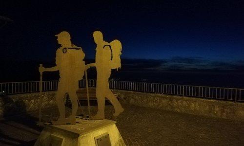 Il monumento e la terrazza panoramica sul lago di Bolsena.