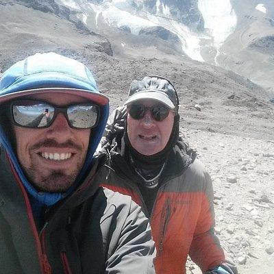 Con mi guia Sebastian, una expedicion muy bien preparada. Yo podria seguir mi guia hasta el Evereste! Subiendo el Cerro Leonera, detras el Cerro Plomo (5 500m). Daniel Künzi - Genève
