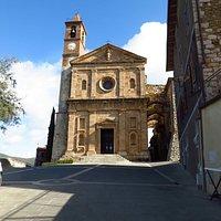 La piacevole facciata della chiesa in pietra locale