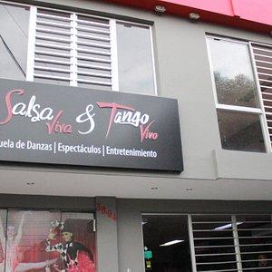 Salsa Viva Tango Vivo es una compañía artística creada en el año 2004 en Cali, dedicada a la enseñanza, presentación y producción de espectáculos de Danza.  Contamos con un destacado elenco de artistas y bailarines profesionales en salsa, bailes latinos, tango, bailes Urbanos, bailes internacionales, bailes folclóricos, ballet, entre otros. Realizamos preparación de quinceañeras, matrimonios, entretenimiento infantil para fiestas.