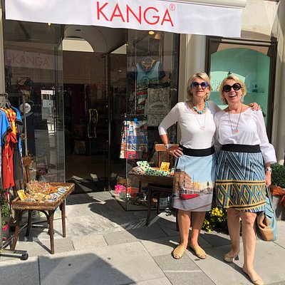 Two Vienna Tour Guides in front of the KANGA City shop wearing the signature Camou4KANGA Vienna skirts