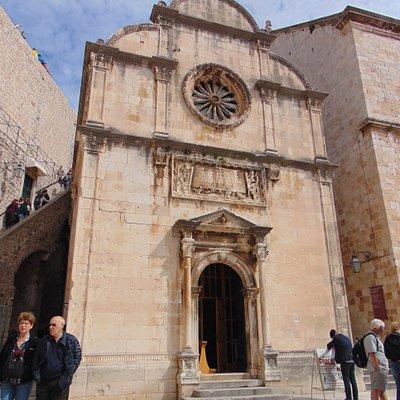 Fasada cerkwi Zbawiciela widziana od głównej studni miejskiej