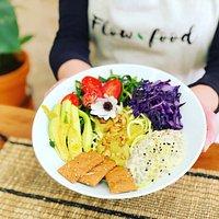 Nutribol esencial: nuestra comida completa imprescindible, con noodles de calabacín, ensalada de lentejas y yogur vegano, verduras asadas, frutos secos y aguacate.