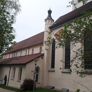 Von außen: Hauptschiff romanisch, Chor gotisch