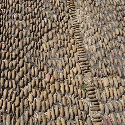 Exemple des pavés d'Avignon : bonnes chaussures impératives sous peine d'entorses (j'ai croisé en 5 jours : 6 personnes différentes avec des béquilles !!!)