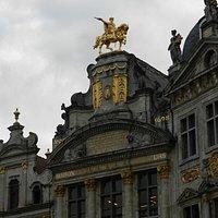 ビール博物館の黄金の騎馬像