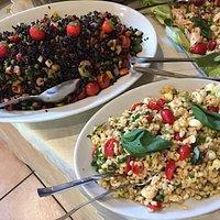 ecco uno dei nostri apericena estivi:  riso venere con verdure e insalata di orzo con mozzarelline e pomodorini freschi