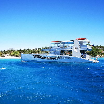 Dreamcat Yacht in front of Pamilacan Island