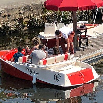 Départ pour la location de bateaux électriques sans permis