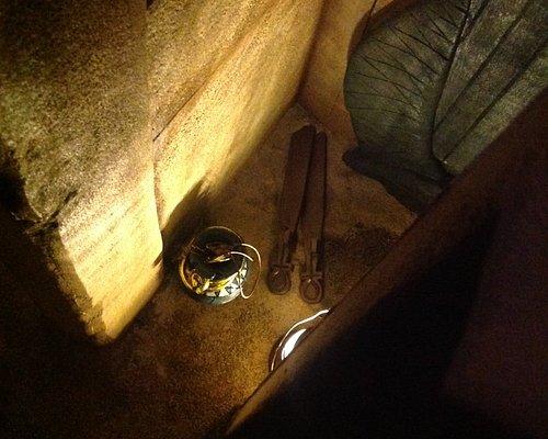 La maledizione del faraone si sviluppa all'interno di uno spazio costruito esattamente come all'epoca degli egizi ... all'interno della tomba non esistono lucchetti ma solo porte e scrigni in pietra che si aprono magicamente per rivelare i misteri contenuti al loro interno. La presenza del faraone vi aspetta ...