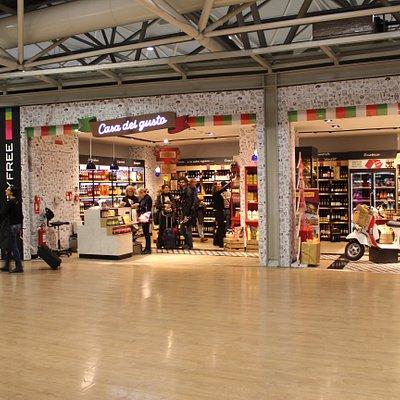 Вид на магазин из зала ожидания аэропорта