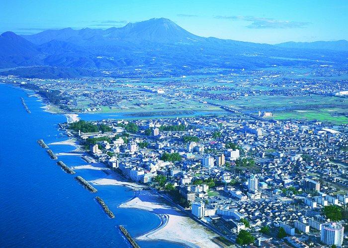 皆生温泉は、旅館街の眼前に日本海があり、背後には中国地方最高峰の名峰・大山(だいせん)がそびえています。