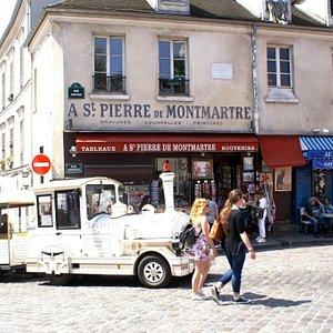 Rue Norvins place du Tertre , le petit train touristique