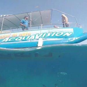scafo di vetro sott'acqua