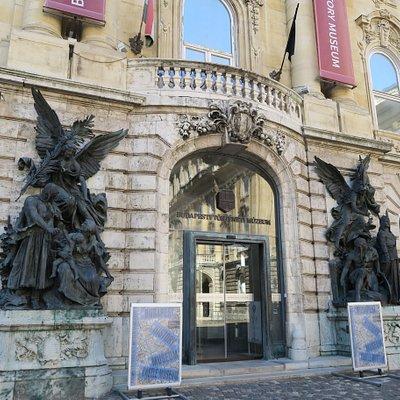 歴史博物館の入口の像