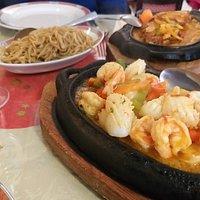 Fruits de mer sauce piquante ,(15€) et sa garniture nouille sautées,(4€).