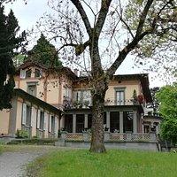 Die Seitenansicht der Villa im Lindenhofpark