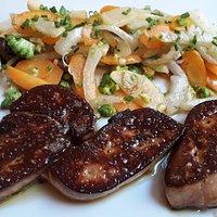 Foie gras frais poêlé, déglacé au Loupiac, légumes frais de saison sautés à la minute