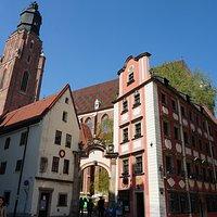 Edifício da igreja visto da parte posterior.