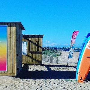 ES64, notre école vous accueille sur la plage face aux vagues. Vestiaires et rangements a votre disposition pour vous accueillir chaleureusement.