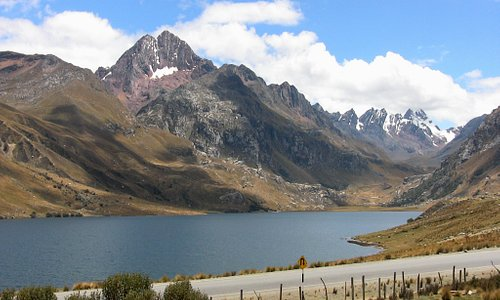 La laguna de Querococha es hermosa con los nevados al fondo