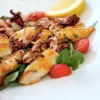 Calamari alla griglia con rucola e pomodorini