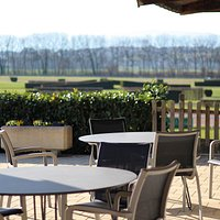 Lors des beaux jours profitez de notre terrasse à la vue dégagée donnant sur les champs de courses.