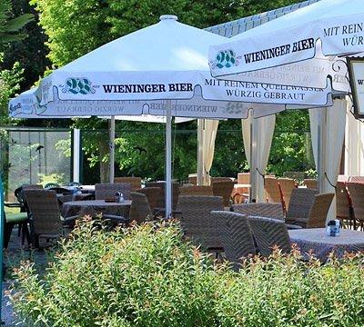 Unser Falkenhofstüberl mit Ausblick zum Golfplatz... (Inhaberin: Doris Löbl)